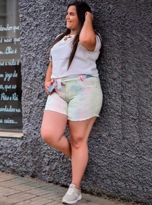 Shorts Tie Dye Plus Size em Sarja com Elastano