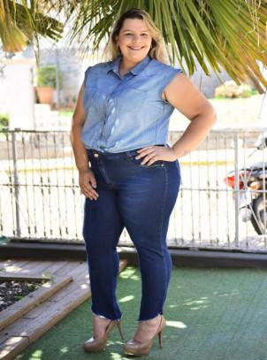 Calça Plus Size Skinny Barra Desfiada